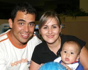 Roberto Anaya y Sara de Anaya con su hijito Robby Anaya.