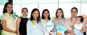 Montserrat Alcázar junto a las organizadoras de su fiesta, Lucy Jaime, Libia Ramírez, América Acevedo, Karla Villegas u Cristina Huereca.