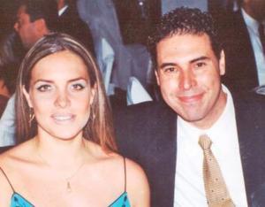 Laura Urea de González y Javier A. González Colsa, en una recepción efectuada en el Parque España.