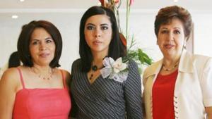 Berenice Salcedo junto a Concepción Noyola de López Amor y Marcela López Amor, en su despedida de soltera efectuada en días pasados.