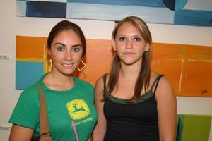 Ana Isabel Garza y Jenifer Chiffer.