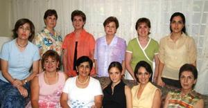 Laura de la Parra Covarrubias acompañada de Cristina de Valencia, Guadalupe de Haro, Rosario de Garza, Cristina Garza, Lucy de Pujol, Gabriela de Tumoine, Coquis de Cantú, Tete Ruenes, Martha de Pérez y Claudia Martínez.