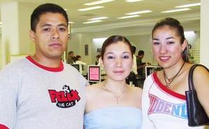 Ercilia Chávez y Claudia Escobedo viajaron a Cancún, las despidio Carlos Nuñez.