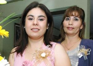 Alejandra Berlanga en compañía de su mamá Cecilia E. De Aguirre, en su despedida se soltera.