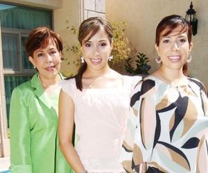 Alejandra Castañeda Rojas acompañada de su mamá Tere de Castañeda y de su hermana Tere C. de Romo, en su despedida de soltera.