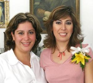 Lily Rodríguez Canales en compañía de Georgina Gutiérrez de García, en su despedida de soltera.