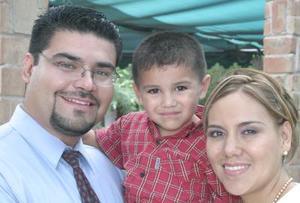 Alejandro Ramírez Armen acompañado de sus papás, Alejandro  Ramírez y Susy de Ramírez.