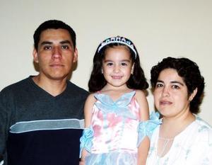 Michelle Ali Tovar Aguilar en compañía de sus papás, Miguel Ángel y Cristina Ramírez.