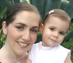<u><i> 28 de Agosto</u></i><p>  Sofía Carmona Pruneda acompañada de su mamá Marcela Pruneda, el día de su cumpleaños.
