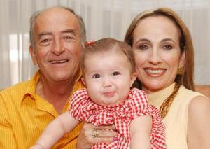 Luis Hermosillo Celada y María del Carmen Rodríguez de Hermosillo acompañados de su pequeña nieta Valeria.