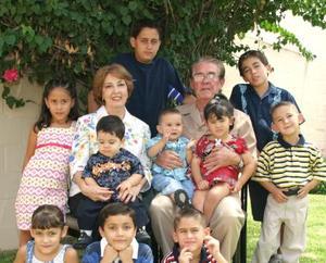 Acompañados de sus nietos, aparecen los señores Rubén Fernández Villanueva y María Elena Faya de Fernández.