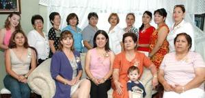 Alejandra Berlanga acompañada de amistades y familiares en su despedida de soltera.