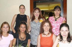 Caludia Cárdenas de Álvarez en compañía de lagunas de las asistentes a su fiesta de regalos.