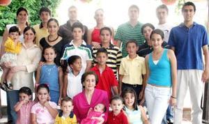 Doña María Dolores Mendoza de Rebollo en compañía de sus nietos.