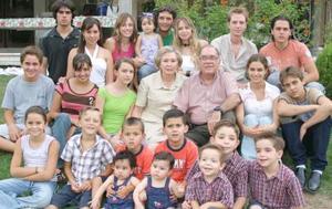 Mario Villarreal Roiz de la Garza de Villarreal, felices en compañía de sus nietos.