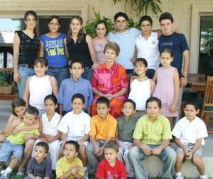 Rosa Delia Garza de Marcos con sus nietos.