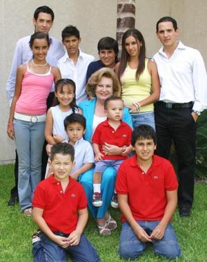Señora Conchita Seco de Borrego en compañía de sus nietos, José Guillermo, Fernando, Banchis, Eduardo, Juan Antonio, Bárbara, José Othón, Valeria, Diego, Arturo y Alan