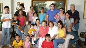 <u><i> 28 de Agosto </u></i><p>  Una abuela cariñosa es doña aurora Cabello de Humphrey, quien aparece acompañada de algunos de sus nietos.