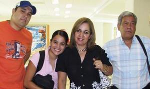Alhely aguero viajó con destino a París, la despidieron Víctor Aguero, Cristy de Aguero y Roberto Sánchez.