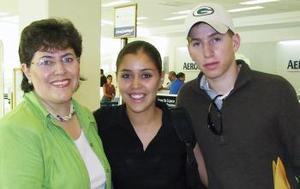 Kelly Sáenz viajó con destino a Francia y fue despedida por Pedro Sáenz y Cecilia Morales.