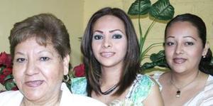 Sandra Patricia Martínez Uvalle acompañada de Rosario Uvalle Flores y Liliana Martínez de Uvalle.