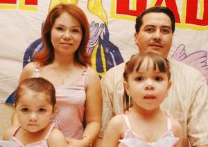 Karen Lizeth y Janethy Astrid Ortiz Magdaleno en compañía de sus papás, en su festejó de cumpleaños.