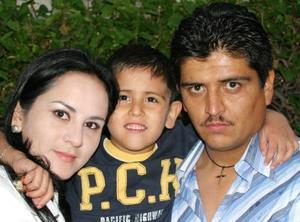 Francisco en compañía de sus papás.