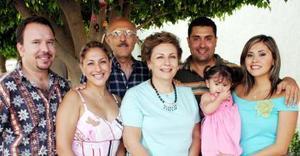 Elenita K. de Anaya festejó su cumpleñaos en compañía de su familia en días pasados.
