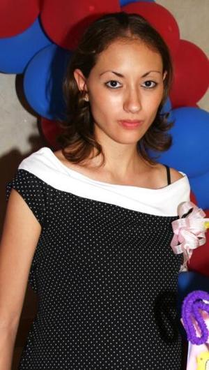 Natalia Máynez de Silva recibió sinceras feliccitaciones en la fiesta de regalos que le ofrecieron por el próximo nacimiento de su bebé.