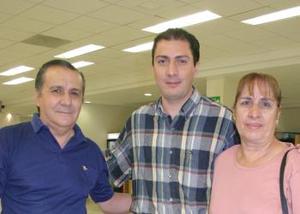 Jorge Santibáñez viajó con destino a Sudamérica a una gira de trabajo, lo despidieron Enrique y Magdalena Santibáñez..jpg
