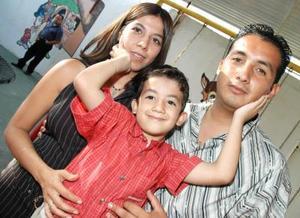 Juan Alejandro Rodríguez Cuéllar acompañado de sus papás Raúl Rodríguez García y Sara Cuéllar, en la fiesta que le ofrecieron por su cumpleñaos..jpg