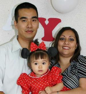 <u><i> 31 de Agosto</u></i><p>   Mey Lay Pang Centeno en compañía de sus papás, ALfredo Pang y Yasmín Centeno, en su fiesta de cumpleñaos..jpg