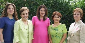 <u><i> 30 de Agosto </u></i><p>   Llarely Nava de García Peña, en compañía de algunas asistentes a su fiesta de regalos..jpg