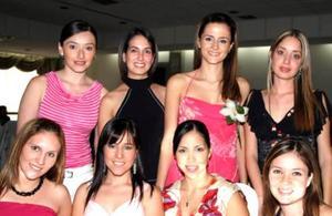 Dora Alicia Valdés González, acompañada de algunas de las asistentes a su despedida de soltera.jpg
