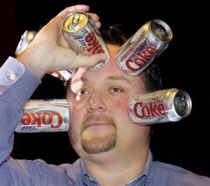 Jeff Snodgrass muestra cómo usando la succión puede pegar cinco latas de refresco en su cara.  <p> AP