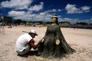 Un seguidor de Lemanjá, la diosa del mar en la religión afroumbandista, crea una escultura de arena con la imagen de ésta en la playa Ramírez de Montevideo, Uruguay, para conmemorar su nacimiento. <p>  EFE