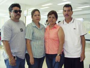 Pedro y Socorro Loera viajaron a Los Ángeles, los despidieron Alfonso y Carmen.