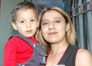Karla Rangel Domínguez, en compañía de su hijo Israel Alejandro Rivas Rangel.
