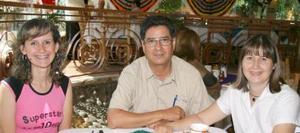 <u><i>01 de septiembre de 2004</u></i><p>  Susana Sotomayor, José Marmolejo y Lulú Sotomayor.