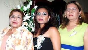 Norma Lizbeth Carrillo Martínez, con las anfitrionas de su despedida de soltera.