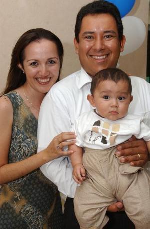 Heriberto Gutiérrez Trasfí junto a sus papás, Heriberto Gutiérrez y Anel Trasfí de Gutiérrez.
