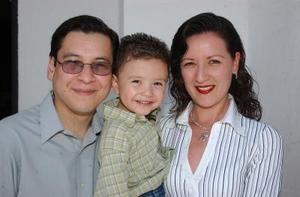<u><i> 02 de Septimbre de 2004</u></i><p>  Sebastián Woo Trafí con sus papás, Roberto Woo y Alejandra Trasfí de Woo.