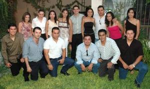 Fernanado Lárraga Castro y Alfa Leticia Rodríguez Díaz acompañados de sus amigos, en la despedida de solteros que les ofrecieron en días pasados con motivo de su próxima boda.