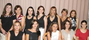 <u><i> 02 de Septiembre de 2004</u></i><p>  Pina Martínez, en compañía de algunas de las asistentes a su fiesta de canastilla.