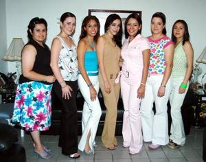 Gaby Lara Carmona acompañada de sus amigas en su despedida de soltera.
