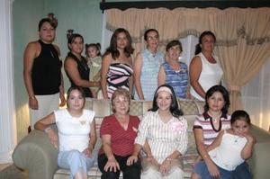 Guadalupe Mesta de Morales, en compañía de algunas de las asistentes a su fiesta de regalos.