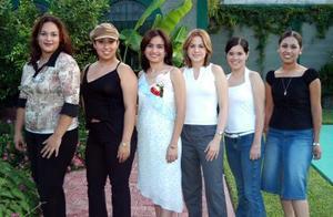 Karla Ivone Rocha Collazo en compañía de Paola Martínez, Nuria Ramos, Dely Gallegos, Lucía Campa y Lizeth Oliva, en su despedida de soltera.
