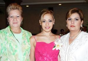 Ileana Alejandra junto a María de Jesúes González de Lozano e Ileana Ríos de García.