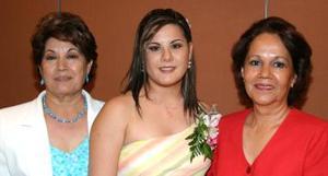 Magda Bernal Flores en compañía de su mamá Magdalena de Bernal y Patricia Leyer de Hurtado.