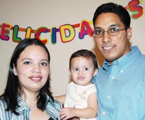 Abril Pineda Gutiérrez en compañía de sus paás, Carlos Pineda Tarango y Margarita Gutiérrez, en el convivio infantil que le ofrecieron por su primer año de vida.